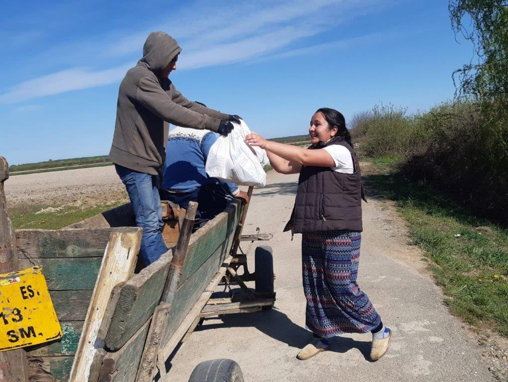 Lebensmittelpakete werden an Familien übergeben