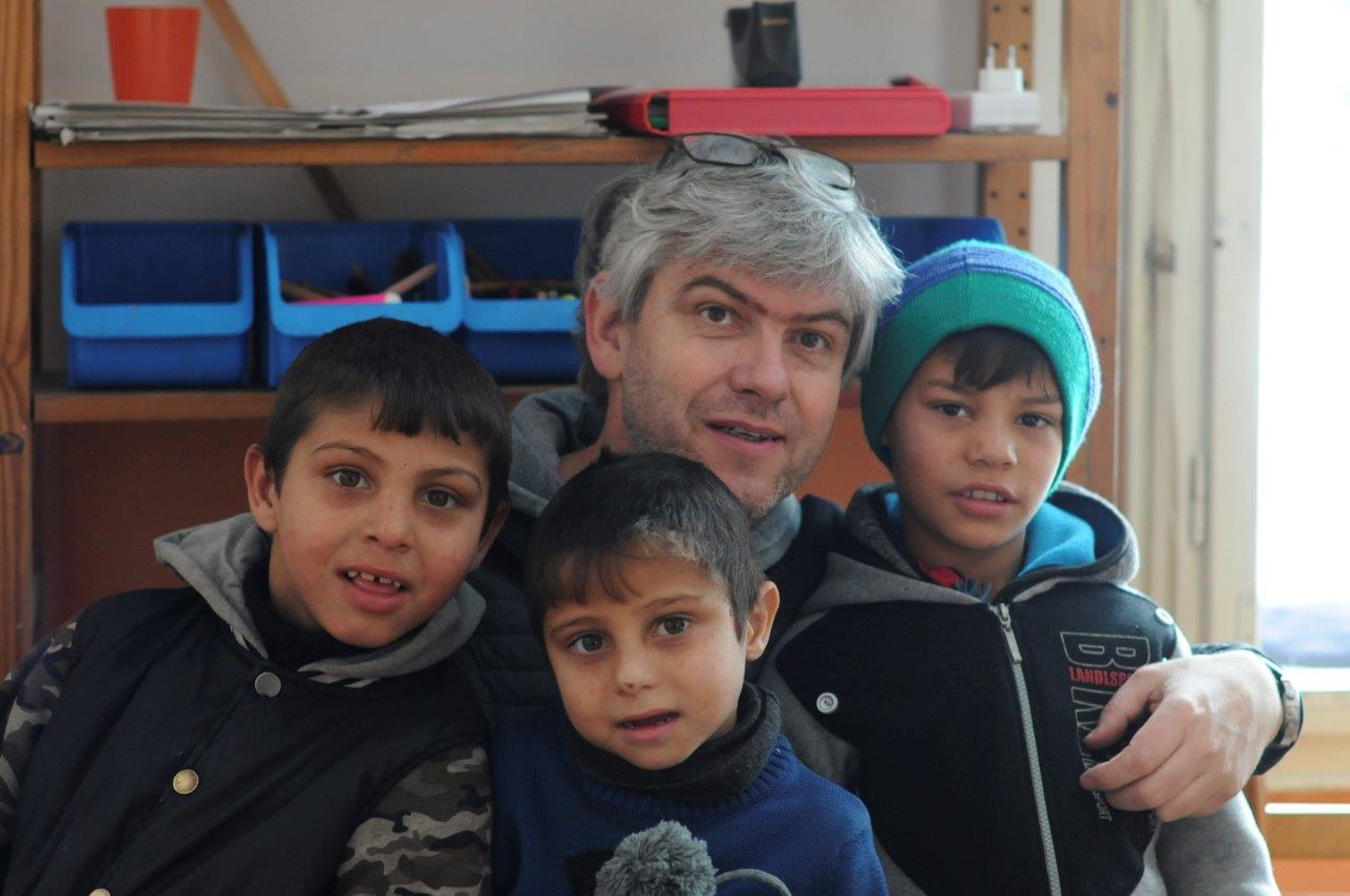 Referent Stefan Zell mit Kindern im BuKi-Haus