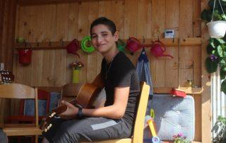 Boby mit Gitarre